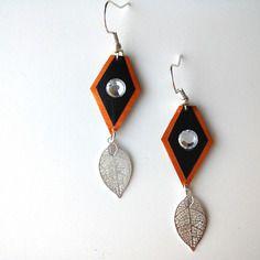 Boucles d'oreille formes géométriques oranges et noires en capsule de café nespresso et avec un strass blanc et une feuille filigrane