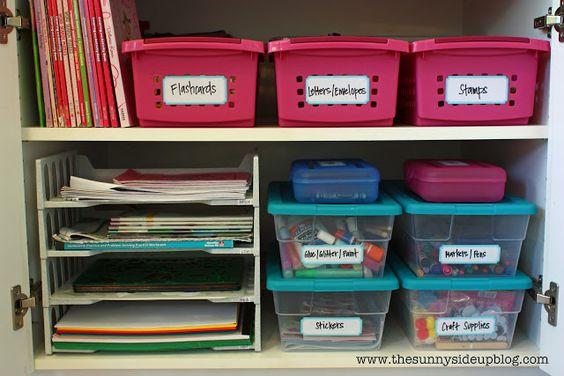 organização de craft supplies dentro do armario