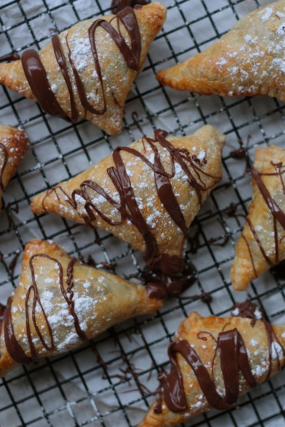 Easy Nutella Turnovers made of puff pastry and filled with cream ...