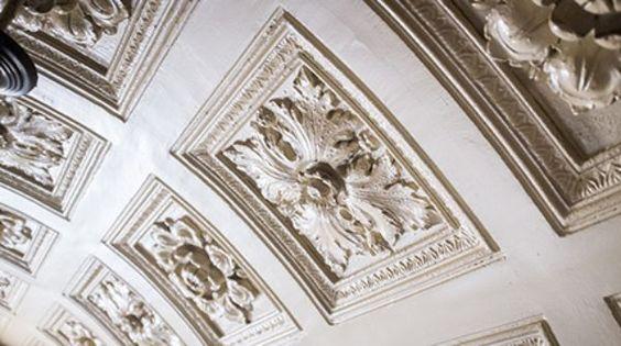 Betritt man das Entrée, ist man unmittelbar gefangen: von der aufwendigen Kassettendecke, den sorgfältig ausgeführten Malereien, dem Schnitzwerk, der marmornen Treppe.
