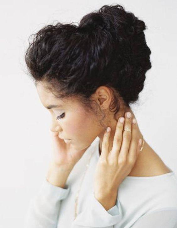 Coiffure cheveux frisés chignon - Cheveux frisés : nos plus jolies idées pour les coiffer - Elle