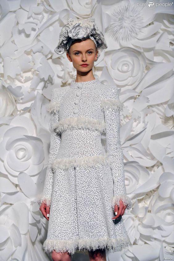 Défilé Chanel, par Karl Lagerfeld, au pavillon Cambon Capucines, à Paris, le 27 janvier 2009. Petite robe blanche, à pois cousue de plumes pour un effet graphique.