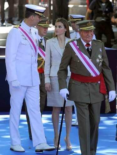 Los Príncipes de Asturias han llegado al acto junto a los Reyes. Se trata del primer acto oficial en el que vemos a la Familia Real junta tras el anuncio de abdicación de don Juan Carlos.