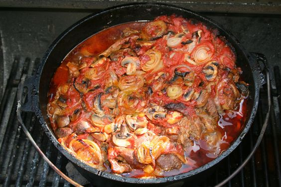 """Nach dem einbrennen habe ich meinen 12"""" Dutch Oven mit einem Schichtfleisch Rezept eingeweiht. Für diese Topfgröße habe ich Nackenfleisch ohne Knochen verarbeitet. Dazu habe ich noch noch Bacon, große Zwiebeln und Champignon vorbereitet. Pasteurisierte Tomaten wurden für die Soße verwendet. Als Gewürzmischung habe ich mein Spare Ribs Rub à la Gaumen Knall genommen. Nach..."""