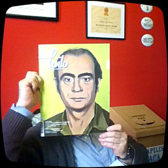 ...al director de la escuela escondido atrás de una revista.