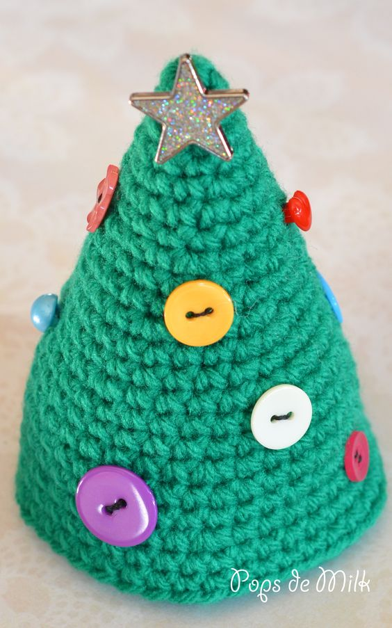This crocheted Christmas tree is so cute - made from green yarn and decorated with buttons and a star