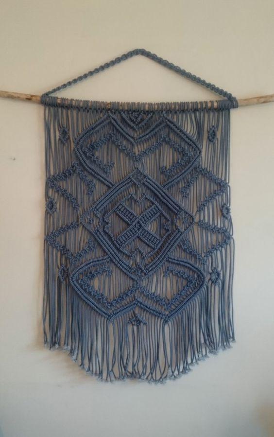 Colgante macramé azul en una rama de árbol grande macrame colgante azul, macrame grande, arte de pared de macrame, arte vintage, moderna macrame: