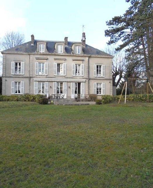 Maison belles demeures cheap londres en vente infinity pool la maison dote duune piscine sous for Demeures belles