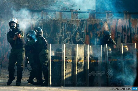 Members of the National Guard clash with demonstrators during a protest in Caracas, Venezuela, by @jbarreto1974 pic.twitter.com/9wYWX9fXnH