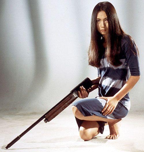 ライフル銃を持っているワンピース姿の梶芽衣子の画像