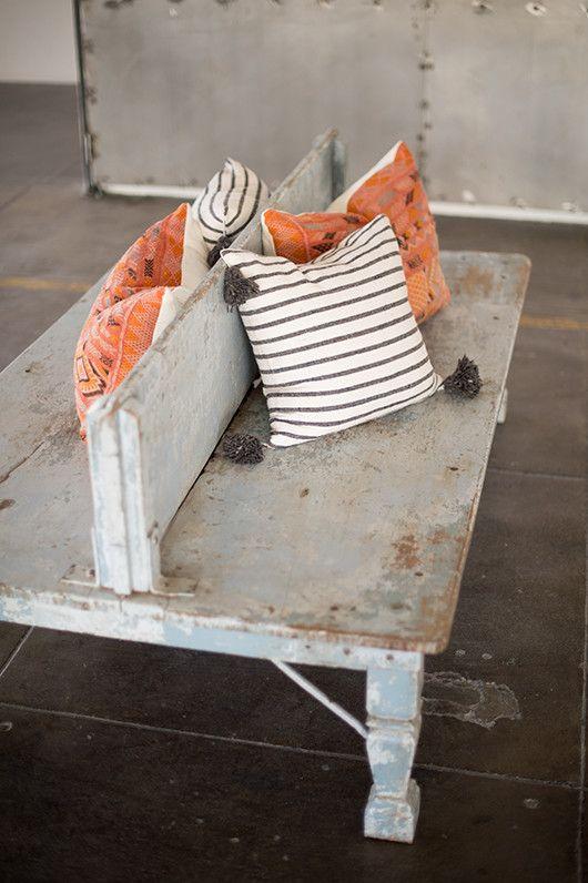 banco e travesseiros de encontrada home / sfgirlbybay do vintage