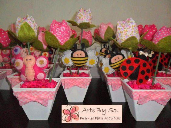 Centro de Mesa com cachepo em MDF pintado , tulipas e apliques de bichinhos em feltro www.facebook.com/ArteBySolArteEmFeltro