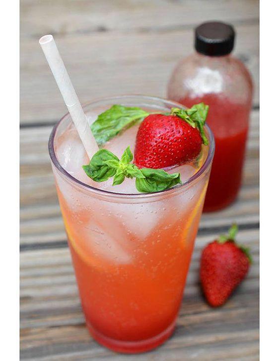 Le plus rafraîchissant : pillez les fraises avec + 5 feuilles de basilic +  2 cl de citron jaune + glace + compléter avec perrier (ou autre boisson gazeuse)