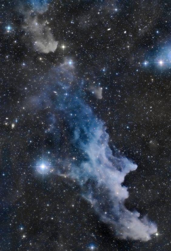 La nebulosa de la Cabeza de Bruja. Esta bruja cósmica, una nebulosa de reflexión de forma sugerente, está a unos 800 años luz de distancia. Su rostro aterrador parece mirar hacia la estrella cercana Rigel de Orión, cerca del borde derecho de esta imagen, fuera de campo. Conocida más formalmente como IC 2118