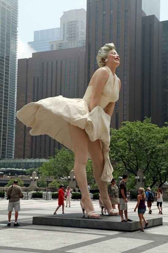 Encuentra en #Chicago Avenue una fabulosa estatua de Marilyn Monroe (perfecto refugio para la lluvia!).: