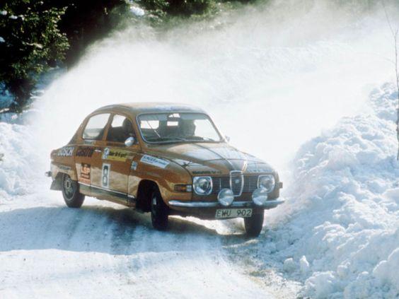 carlsson-erik Logo em suas primeiras provas Carlsson impressionou por sua habilidade, e sua primeira vitória em 1955, ainda com o 92: o Rali Rikspokalen, em Örebro, na Suécia, um dos mais difíceis de seu tempo. A partir daí ele começou a correr com o Saab 93, que havia sido lançado em 1955 e tinha um motor de 33 cv. Foi com o 93 que Carlsson conquistou algumas das vitórias mais importantes de sua carreira, como o Rali da Finlândia e o Rali da Suécia, em 1959.