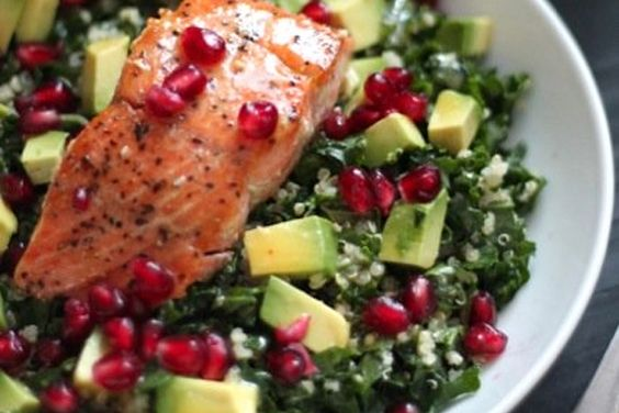 Boerenkoolsalade met quinoa, avocado, granaatappelpitjes en zalm ♥ Foodness - good food, top products, great health
