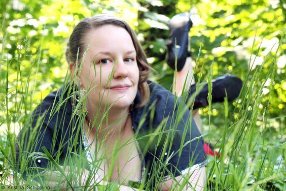 Im Gras (Plus-Size-Fotografie) | Marshmallow Mädchen