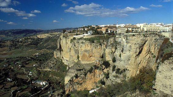 Ronda-An der rund hundert Meter tief abfallenden Schlucht, die durch den Fluss 'Rio Guadalevín' gebildet wurde, errichteten bereits die Römer eine Festung, die sie damals für uneinnehmbar hielten. Trotz - und natürlich auch wegen - ihrer einzigartigen Lage auf dem Felsplateau wurde die Stadt jedoch immer wieder Schauplatz blutiger Auseinandersetzungen.