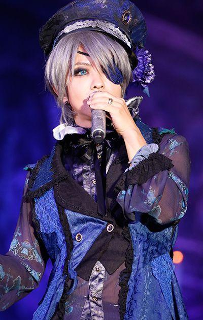 銀髪ボブヘアーに眼帯をしている女装姿のL'Arc〜en〜Ciel・hydeの画像