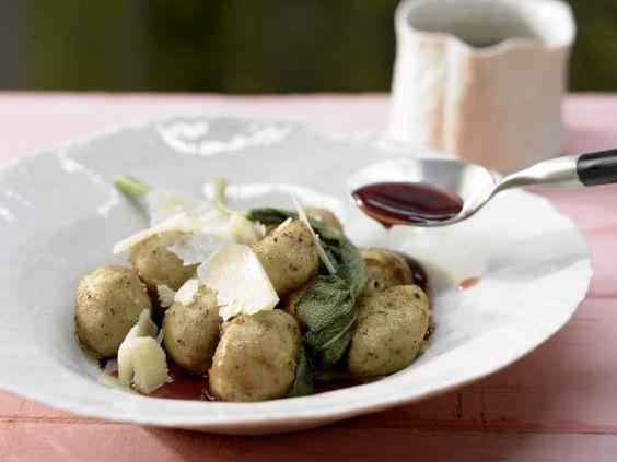 Nicht schnell aber unglaublich gut: Selbstgemachte Kartoffel-Gnocchi mit Salbei, Parmesan und Rotwein | 466 kcal | Zubereitungszeit: 1h 10 Minuten | http://eatsmarter.de/rezepte/kartoffel-gnocchi