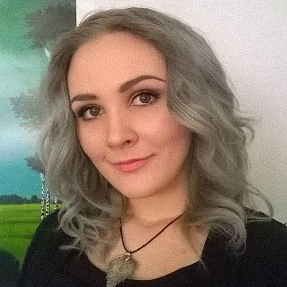 Tänään on taas tuusattu pidennyksien kanssa. Välissä pitää kuitenkin ottaa yksi #selfie ✌☺ #nofilter #greyhair #curls #smile #finnishgirl #selfpic #greeneyes
