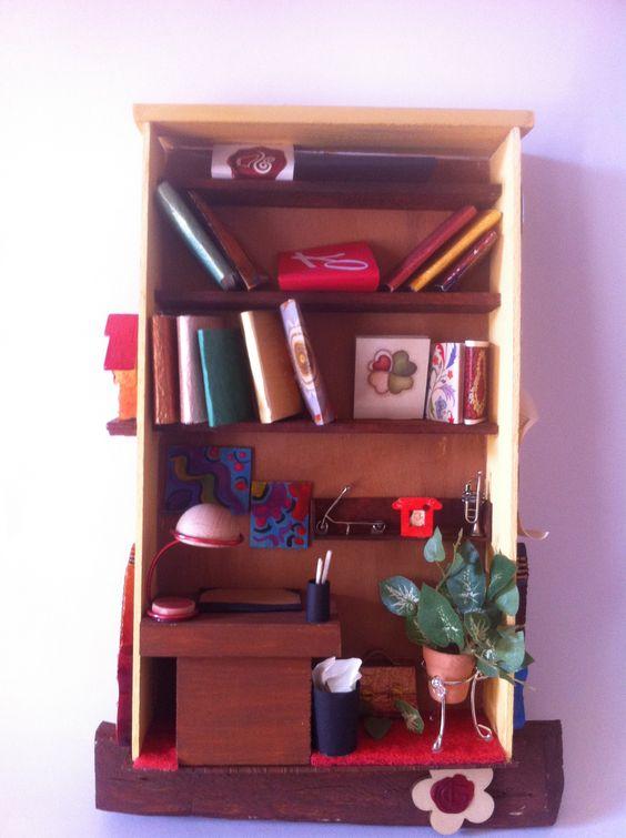Mensole colme di libri, una scrivania dove poter scrivere dolci pensieri illuminata da una lampada da tavolo, e ancora quadri colorate, piante d'appartamento e un cestino colmo di carte.