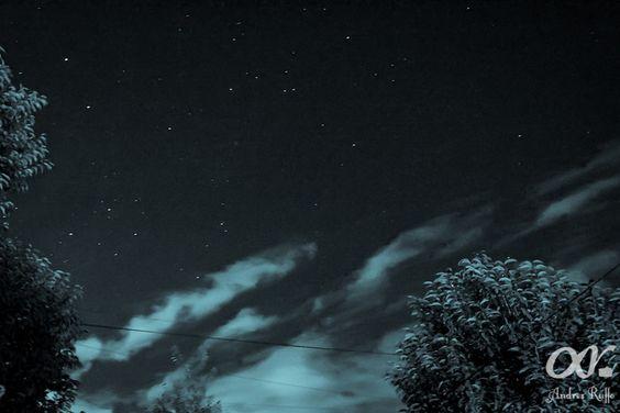 Estrellas con nubes en el cielo del hemiferio sur visto desde la ciudad de Córdoba - Argentina rodeado de plantas