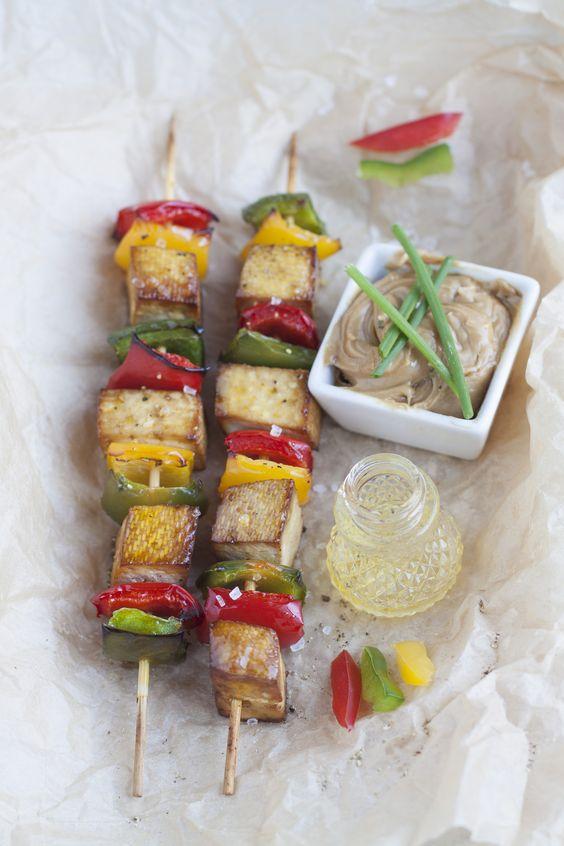 Les « satés » ou « satays » sont de petites brochettes de viande ou poisson marinées puis grillées, et servies avec une sauce épicée aux arachides. Il s'agit du plat national de l'Indonésie. Cette recette s'inspire de ces « satés », mais la viande y est ici remplacée par du tofu.
