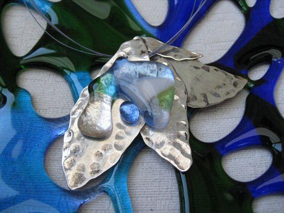 Blauwe regendruppels op een blad. Ketting van zilver met fused glas door madebymirjam, €38.00