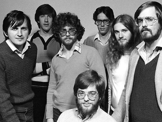 O time de programadores da Microsoft em 1981 (esq. para direita): Charles Simonyi, Bob Matthews; Mark Matthews, Steve Hazlerig; Doug Kundler, Jeff Harbers, (no centro) Todd Newman