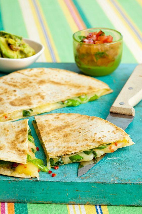 Super schnelle Käse-Tortilla mit Lauchzwiebeln | Zeit: 15 Min. | http://eatsmarter.de/rezepte/kaese-tortilla-mit-lauchzwiebeln