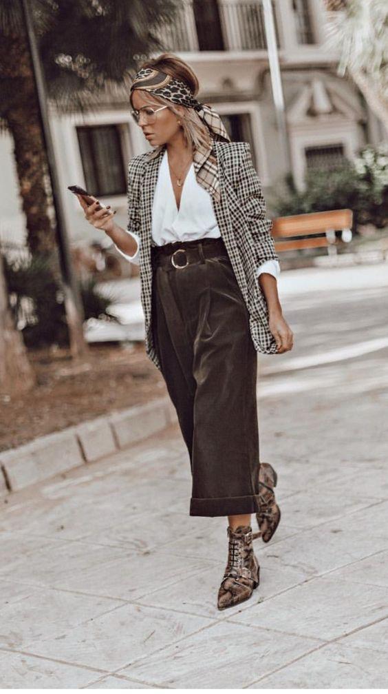 Look de cropped pants, blazer de cuadros y pañoleta estampada.