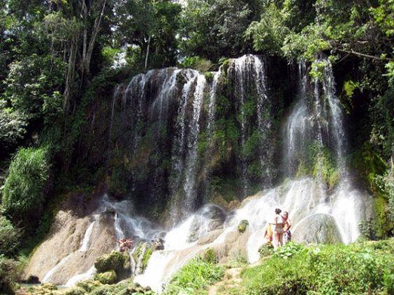 El Nicho, las bellas cascadas en Cienfuegos # En las afueras de El Nicho, un pueblo rural del municipio de Cumanayagua, en la provincia de Cienfuegos, se encuentra un verdadero oasis, rodeado de los árboles y el aire brumoso con la selva tropical ... »