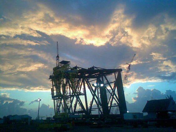 Construcción de plataformas en la margen del Rio Pánuco