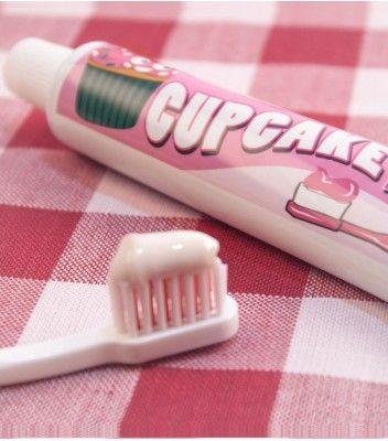Marre de vous brosser les dents avec un dentifrice à la chlorophyle ? Adoptez dès à présent le dentifrice au goût cupcake qui vous donnera une haleine gourmande !