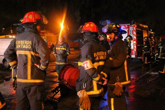 La noche de este domingo 23, voluntarios de la Cuarta, Octava y Vigésimo Primera Compañía de nuestra institución fueron convocados a controlar un incendio en las calles Volcán Antuco y Volcán Villarrica, en la comuna de Renca.
