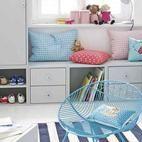 Habitación infantil en blanco, azul y rosa
