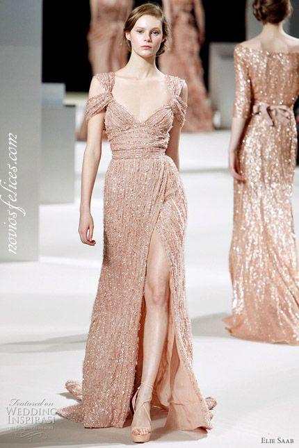 Nuevos colores de moda para novias y bodas, vestido de novia rosa melocotón de corte recto y abertura lateral en falda de Elie Saab