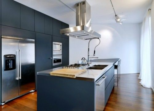 Keuken met kookeiland. donkere kleuren. gebruik van houten vloer ...