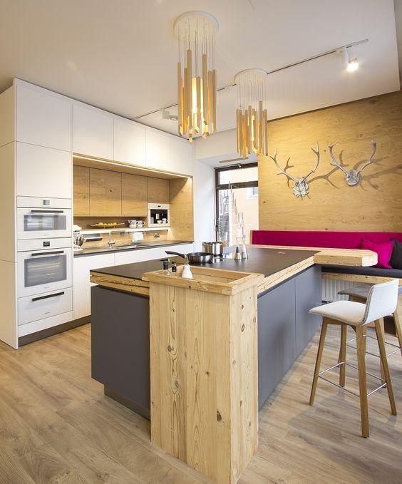 Moderne wohnküche mit holzelementen eiche altholz insel mit hause deko