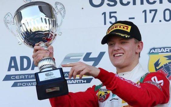 Il giovane Mick Schumacher non vuole affrettare la sua carriera. Mick Schumacher, figlio del sette volte campione del mondo, afferma che non vuole fare passi affrettati e preferisce la politica dei piccoli passi. #f1 #mickschumacher