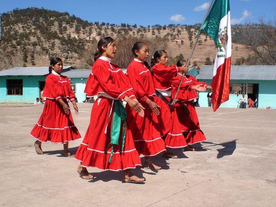 Honores a la bandera, niñas tarahumaras. Chinatu, Chihuahua.
