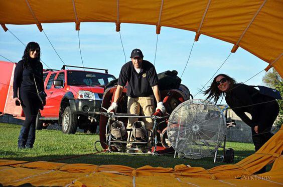 ¿Cómo se llena un globo aerostático de aire?  http://www.facebook.com/siempreenlasnubes.volarenglobo  Más información y reservas: http://www.siempreenlasnubes.com