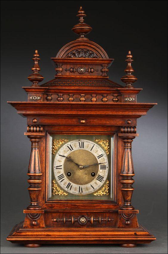 Gran Reloj de Sobremesa del Año 1900. En Madera Maciza y con Puerta de Cristal…