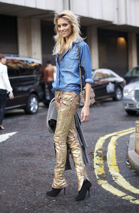 calca dourada + camisa jeans