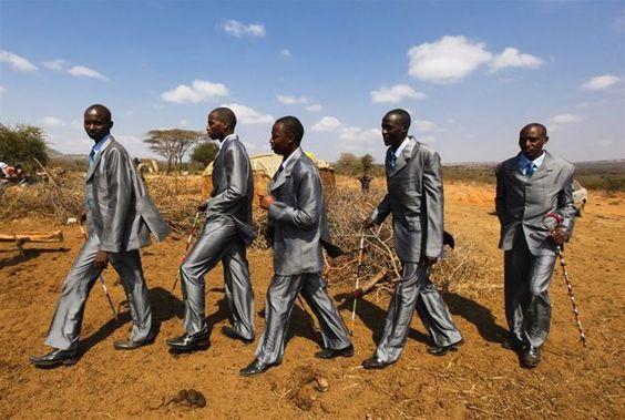 Kenia, wesele wodza Masajów. Drużbowie idą po pannę młodą. Fot. DAI KUROKAWA/PAP/EPA