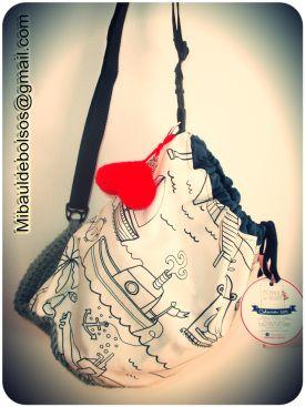 Bolsa forma saco, cierre fruncido con cordón y base de ganchillo.