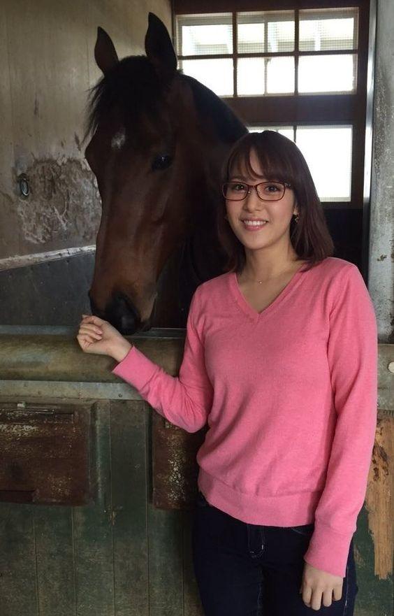 メガネ姿の鷲見玲奈と馬