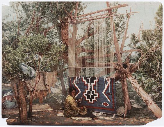 Uma mulher da tribo Navajo tecendo um cobertor, 1902.
